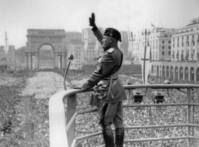 Benito_Mussolini_Roman_Salute